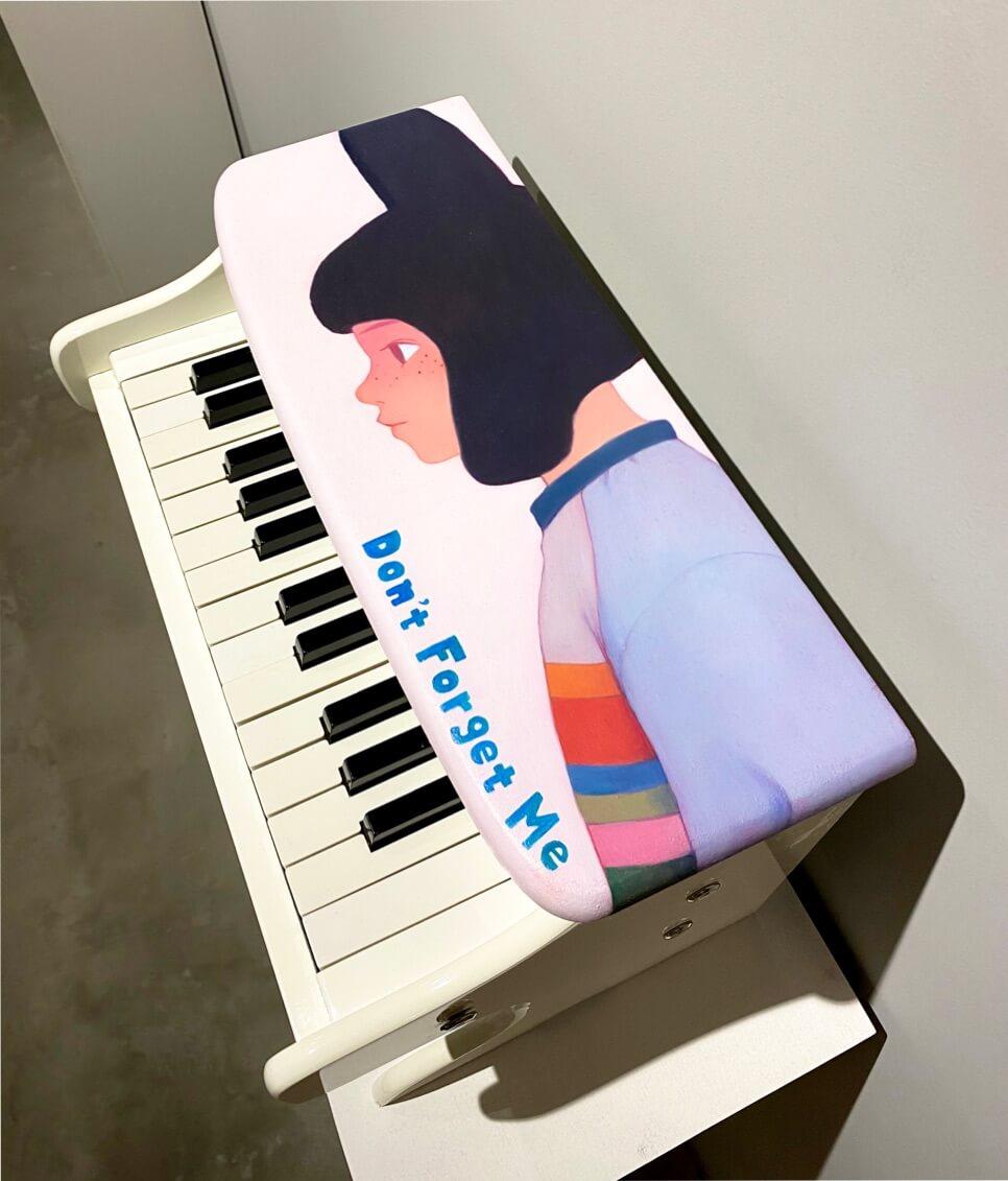 Portrait sur piano jouet